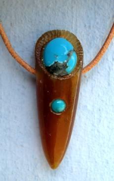 Donnerkeil geschliffen und poliert mit Türkisen. Gefertigt im Atelier Donnerkeil, auf Kap Arkona