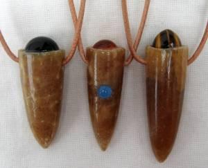 Drei Donnerkeile geschliffen und poliert mit verschiedenen Edelsteinen. Gefertigt im Atelier Donnerkeil, auf Kap Arkona