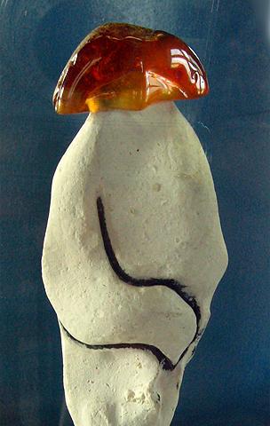 Feuerstein Kleinskulptur 'Wächter' im Atelier Donnerkeil, Kunst auf Kap Arkona