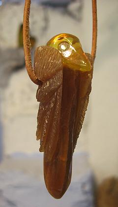 Donnerkeil - Sonderanfertigung. Der Donnerkeil ist zu einem Raben geschliffen und fein graviert, mit aufgesetztem Kopf aus Bernstein.                                 t