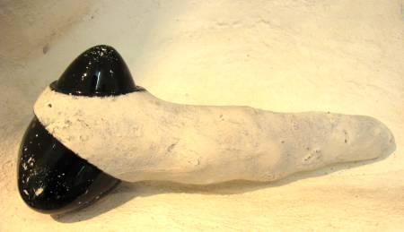 Feuerstein Kleinskulptur 'Feuerstein - Werkzeug'. Gestaltet von Matzi Müller im Atelier Donnerkeil, auf Kap Arkona