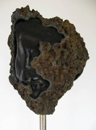 Skulptur in Diabas. Gehauen, geschliffen und poliert. Gestaltet von Matzi Müller, Atelier Donnerkeil auf Kap Arkona.