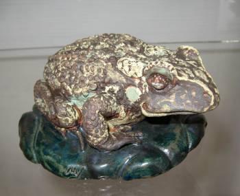 'Kröte' Modellierte Keramik. Gestaltet von Matzi Müller,  Atelier Donnerkeil auf Kap Arkona.
